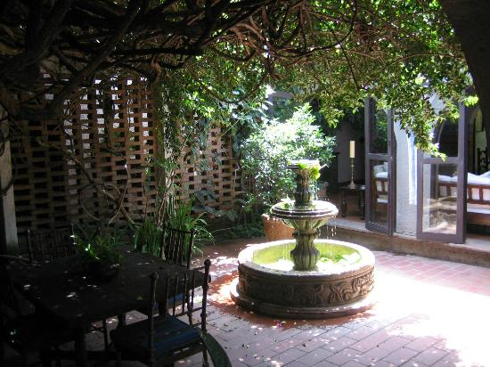 Hotel Casa Naranja: Courtyard fountain