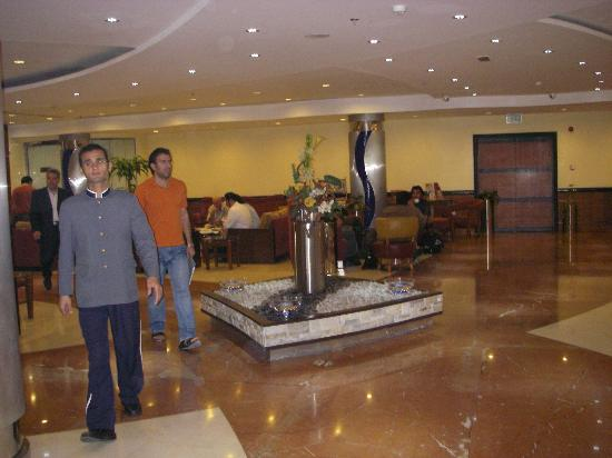 Grand Moov Hotel: Front desk
