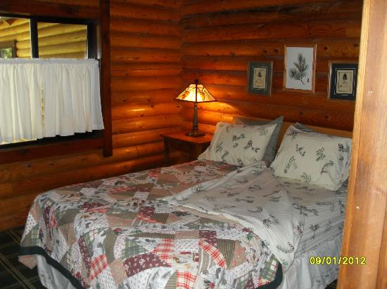 Natapoc Lodging: Main level bedroom