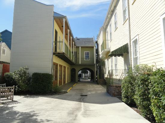 Prytania Oaks Hotel: Looking toward street from courtyard