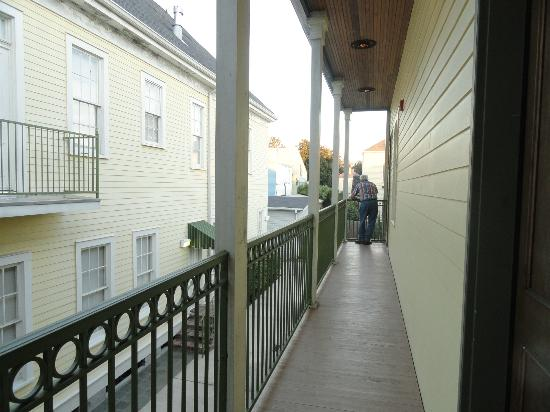 Prytania Oaks Hotel: Second floor balcony - no view from here but quiet