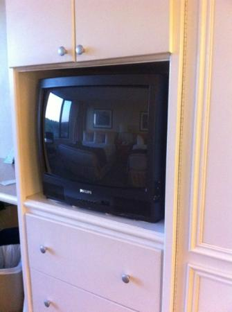 Baymont Inn & Suites Red Deer: 22 inch old picture tube TV is standard.