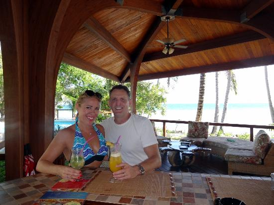 Hatchet Caye Resort: The Bar