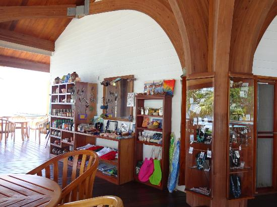Hatchet Caye Resort: cute gift shop area