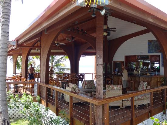 Hatchet Caye Resort: lounge/ bar/ dining