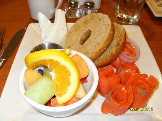 Olympic Lodge: Yummy bagel and lox in hotel's breakfast-only restaurant.