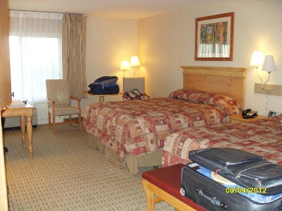 Olympic Lodge: Room 317. Tiny bit of waterview.