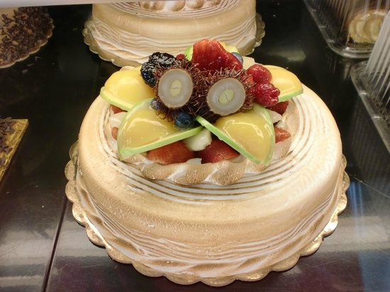 Downey, CA: Ranbutan and fruit topped cake