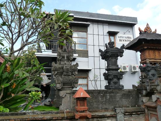 Kubu Kauh Beach Inn Legian: outside view