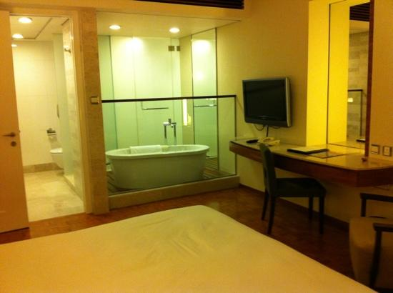 L'hotel Causeway Bay Harbour View: open bathtub in the room