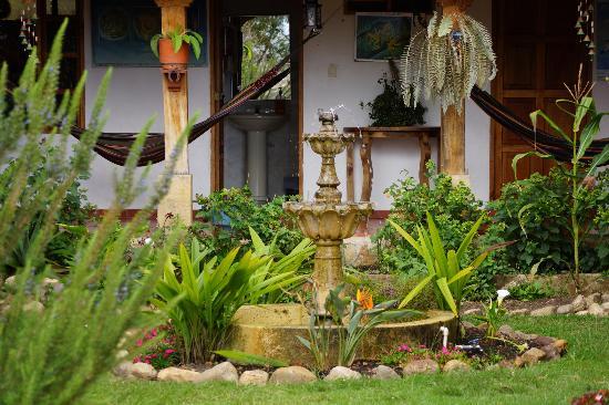 Hostal Renacer: Fuente patio principal