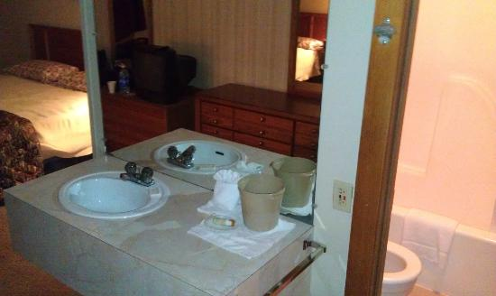Canaan Village Inn: Sink outside toilet/shower/tub