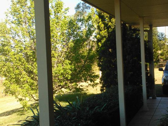 Sovereign Hill Country Lodge: LOOKING TO SIDE OUTSIDE ROOM