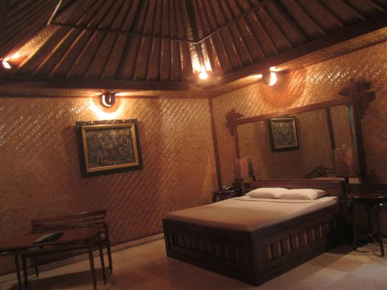 Green Field Hotel and Bungalows: our room and bed