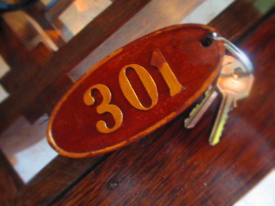 กรีนฟิลด์ โฮเต็ลแอนด์บังกะโลส์: room number and key