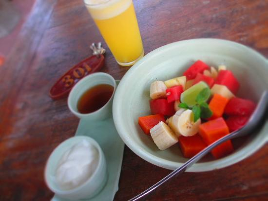 Green Field Hotel and Bungalows: my favourite fresh fruit salad with yogurt and honey~