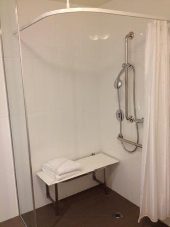 ‪‪Quest Cheltenham‬: shower room