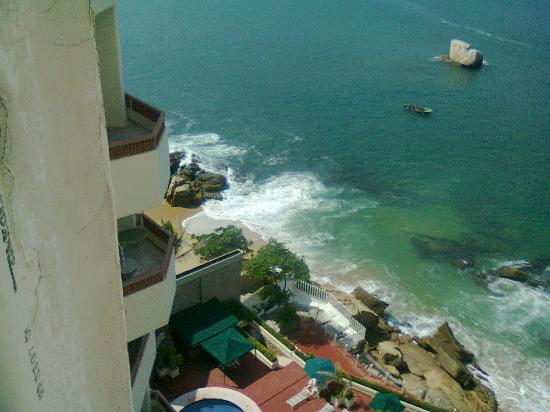 Las Torres Gemelas: Vista de mi habitacion al mar y edificio adjunto Nikon