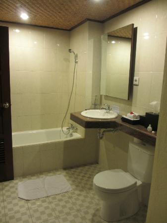 Sri Phala Resort & Villa: semi open bathroom