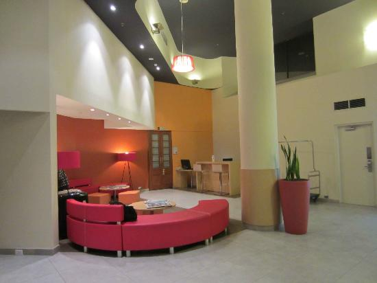 ibis Perth: Bright and colourful Ibis foyer