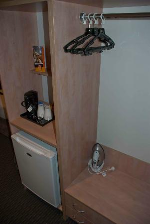 ibis Perth : Simple facilities in the room