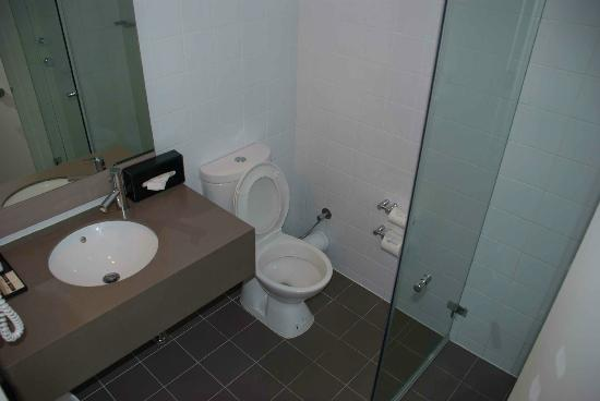 ibis Perth : Clean bathroom at the Ibis