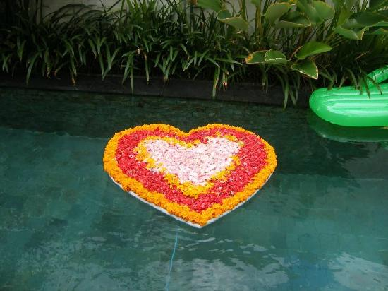 Pradha Villas: The staff even organised free pool flowers!