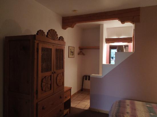 Sun God Lodge: 1/2 wall between bed and bathroom area