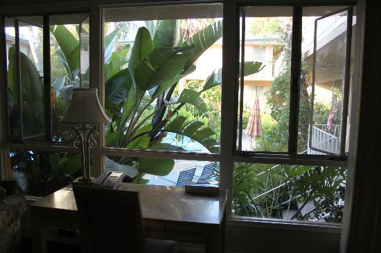 Cal Mar Hotel Suites: vue de la piece principale donnant sur le piscine
