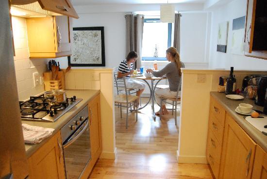 St Giles Apartments: Кухня, столовая