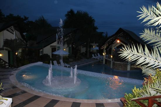 Acuatico Beach Resort & Hotel: Even at night, its amazing.
