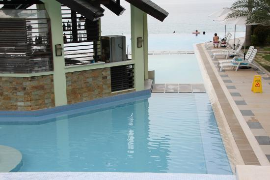 Acuatico Beach Resort & Hotel: Pool bar in middle of all pools.