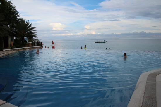 Acuatico Beach Resort & Hotel: Pool is amazing.