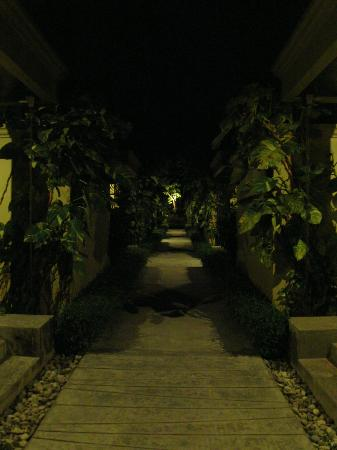 The Passage Samui Villas & Resort: Evening Walkways