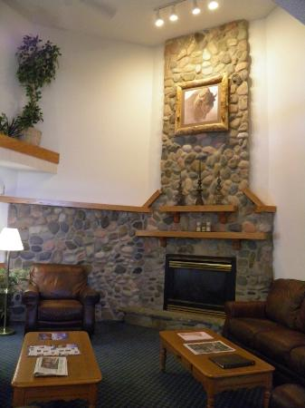 Woodland Park Country Lodge: Hotel lobby seating area