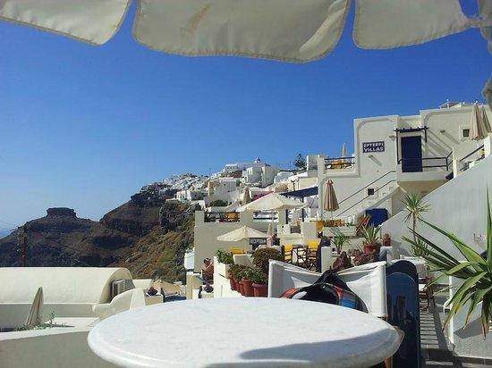 Santorini View:                   Под зонтиком, на территории отеля