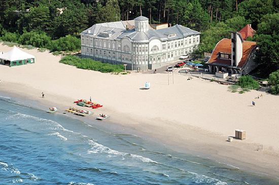 Letland: White sandy beach in Jurmala resort