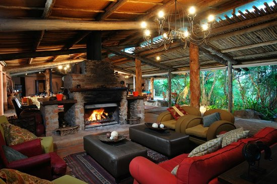 Kariega Game Reserve - Ukhozi Lodge: Share your safari experiences around a warm fire, feel at home and enjoy a drink.