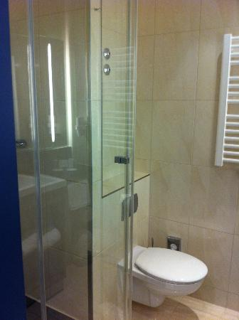 IntercityHotel Hannover: Bathroom