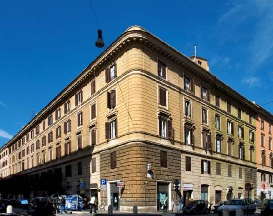 Vatican Suites Inn: Building exterior