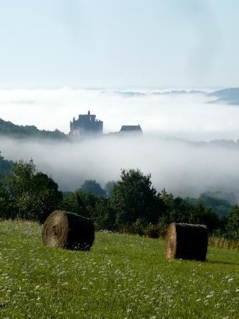 Chateau de Beynac: Le château sort de la brume(vue prise du village de Cazenac)