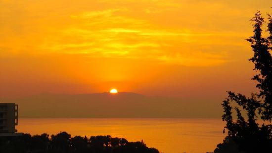 Grecotel Eva Palace: Lever de soleil de la chambre