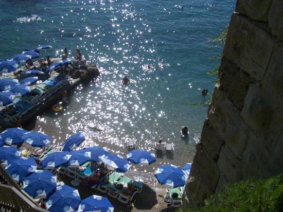 Puding Marina Residence: Nearby small beach