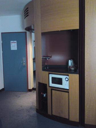 Novotel Suites Wien City Donau: Part of the dated 'caravan style' room