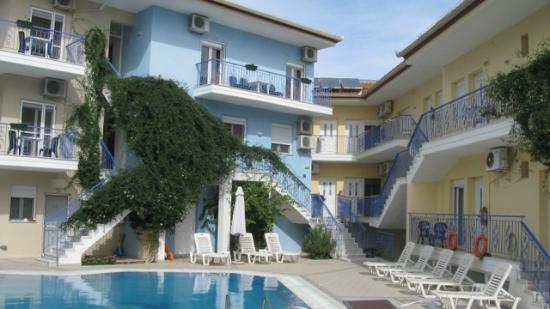 Stratos Hotel: Blick auf den Pool und den hinteren Teil des Hotels.