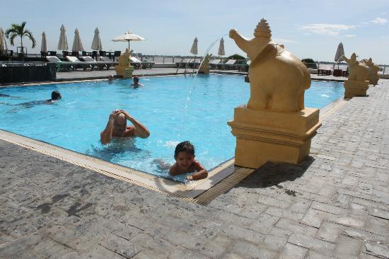 Hotel Cambodiana: swimming pool cambodiana hotel- phnom penh : vue de la piscine avec vue sur le mékong.