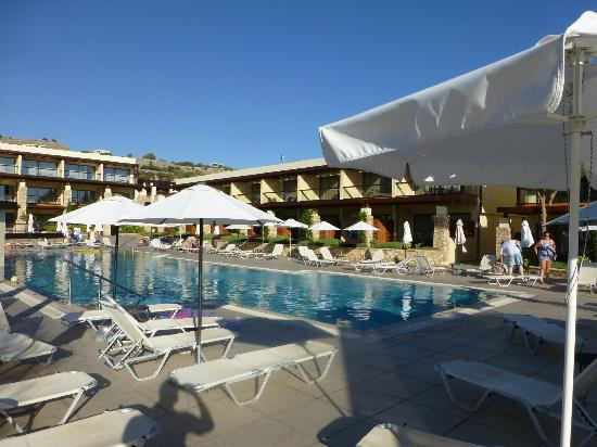 Island Blue Hotel: Main pool during day