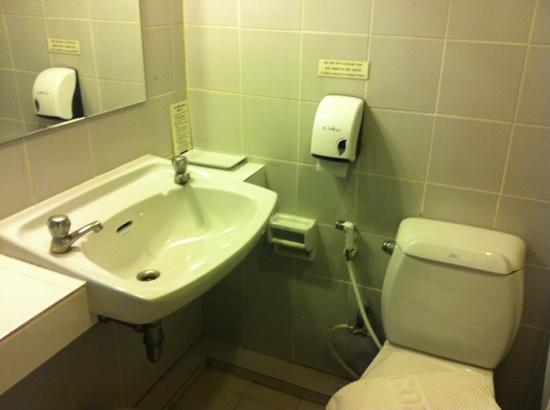 Bagno pulito ma da ristrutturare picture of reno hotel bangkok