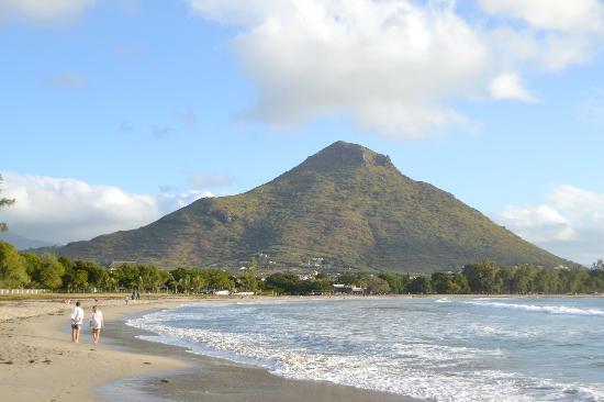 Tamarina Golf & Spa Boutique Hotel: Plage menant au village de Tamarin