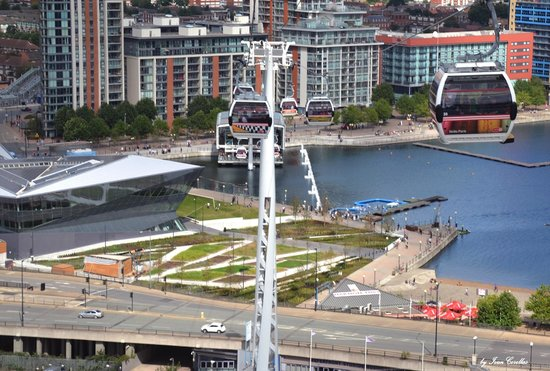 Emirates Air Line Cable Car - Royal Docks : La funivia sul Tamigi a circa metà percorso.